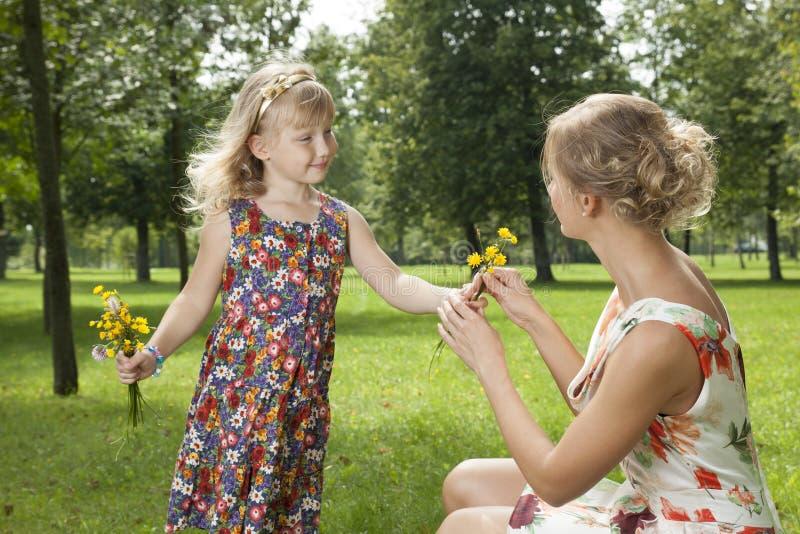 Dziewczyna daje kwiat matki fotografia stock
