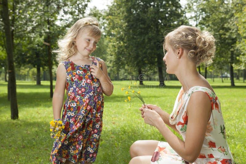 Dziewczyna daje kwiat matki obraz royalty free