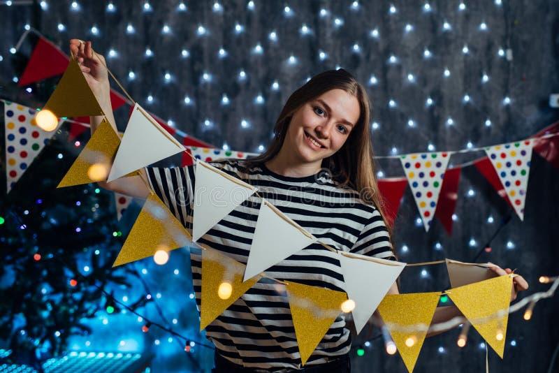 Dziewczyna dekoruje domowego Bożenarodzeniowego nowego roku czas zdjęcia stock