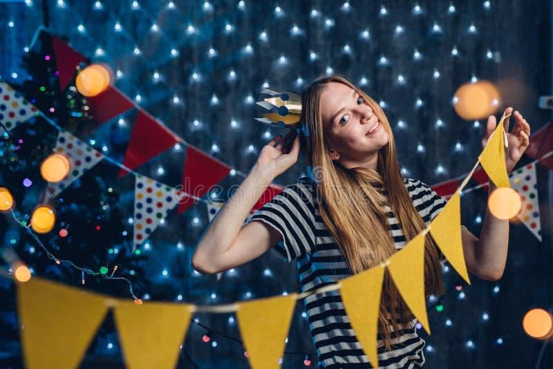Dziewczyna dekoruje domowego Bożenarodzeniowego nowego roku czas fotografia royalty free