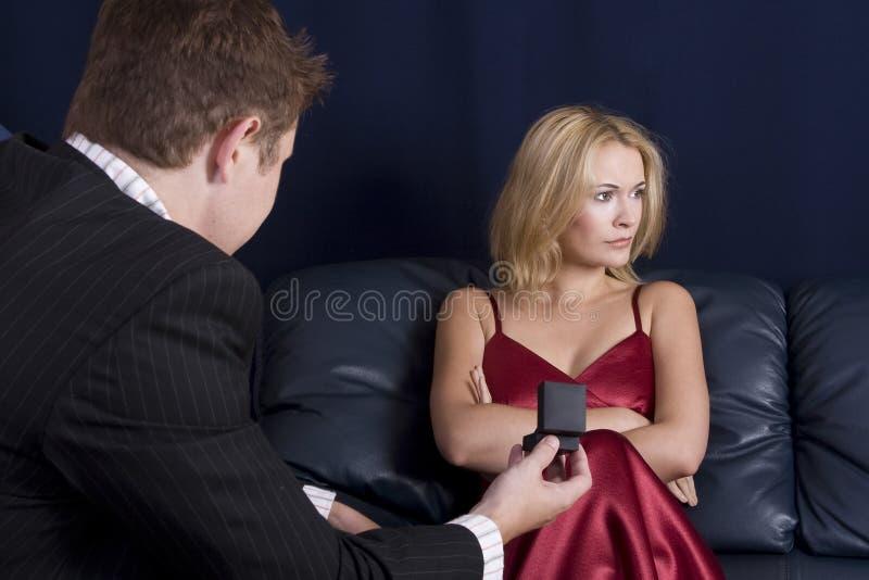 dziewczyna denerwować ludzi proponuje fotografia stock