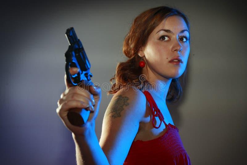 dziewczyna dostawać pistolet czerwień obraz stock