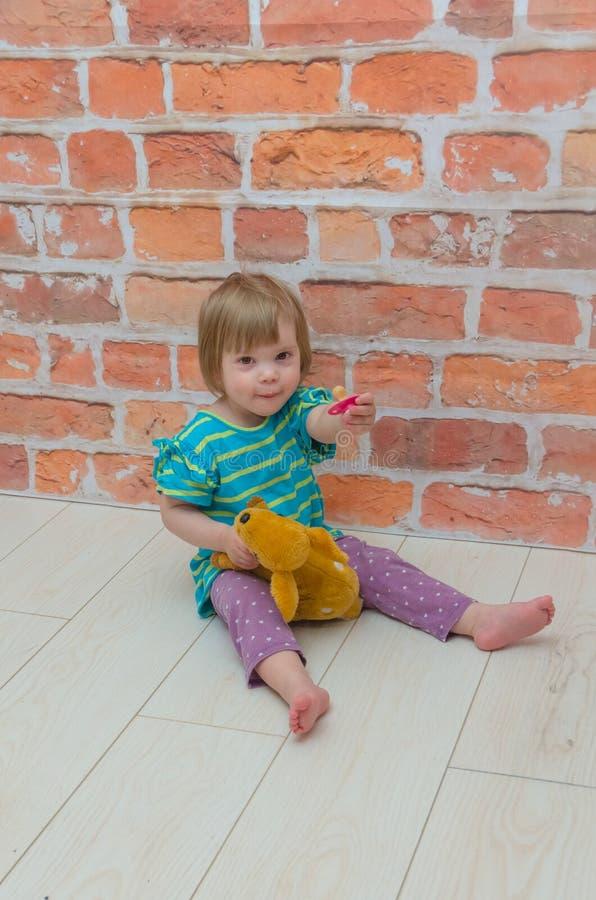 Dziewczyna, dziecko z pacyfikatorem i rogacz w rękach na tle, obrazy stock