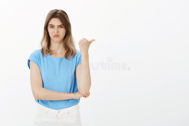 Dziewczyna dzieli jej negatywną opinię Portret nierada i zdegustowana atrakcyjna europejska kobieta, wskazuje dobrze z obraz royalty free
