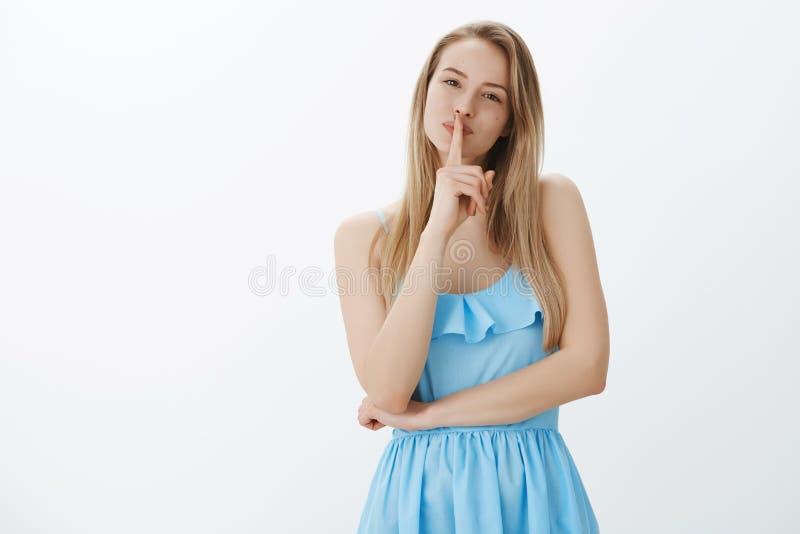 Dziewczyna dzieli sekret piękno Portret powabna delikatna blondynki kobieta w błękita smokingowy przechyla kierowniczy ślicznym o obrazy royalty free