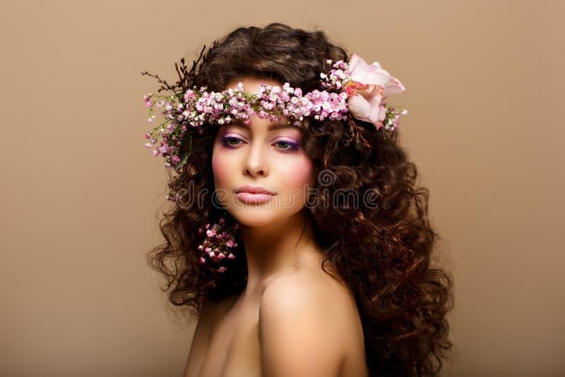 Dziewczyna. Dziewictwo. Piękno mody modela Młoda Romantyczna dziewczyna - Brown Frizzle fotografia royalty free