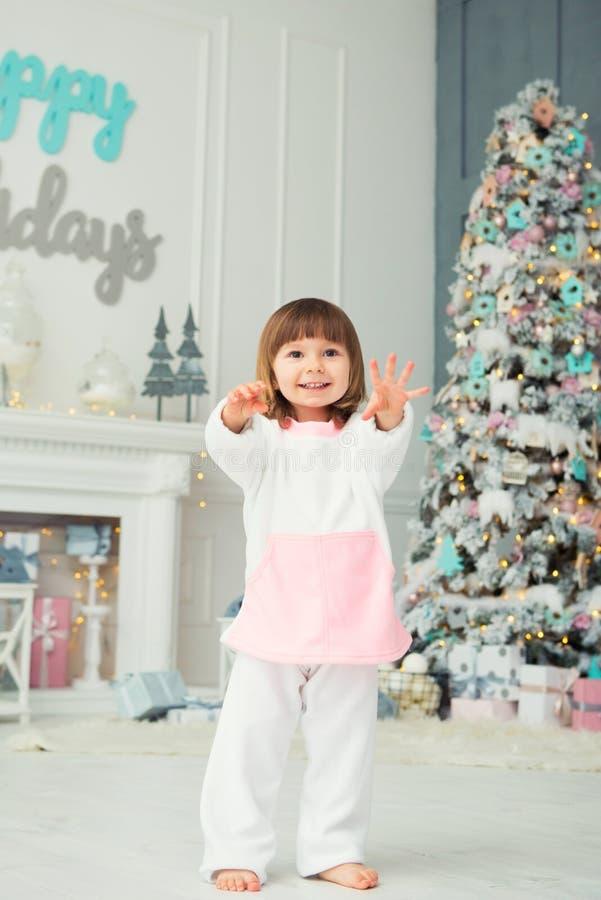 dziewczyna emocjonalna trochę szczęśliwego nowego roku, Przyjemność, szczęście i zachwyt od nowego roku ` s prezentów, obraz royalty free