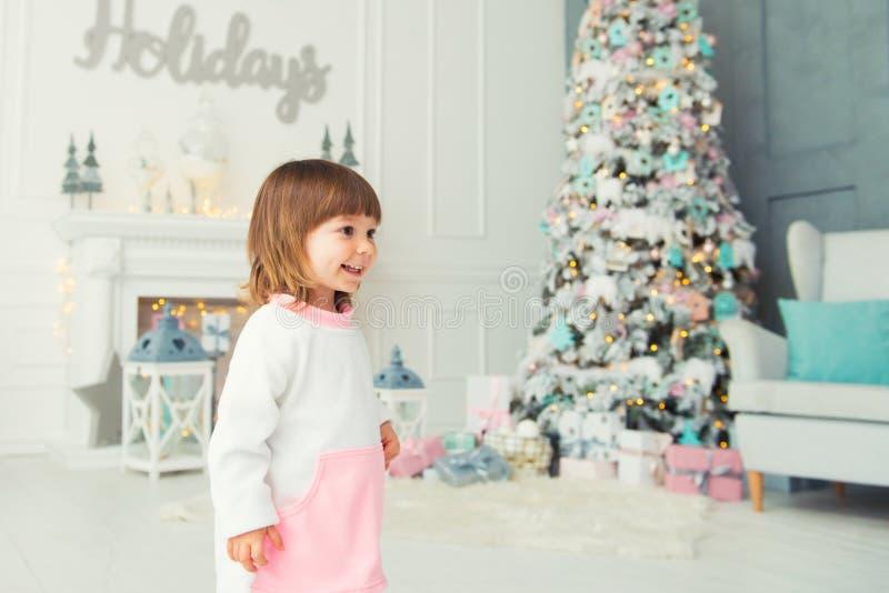 dziewczyna emocjonalna trochę szczęśliwego nowego roku, Przyjemność, szczęście i zachwyt od nowego roku ` s prezentów, zdjęcie stock