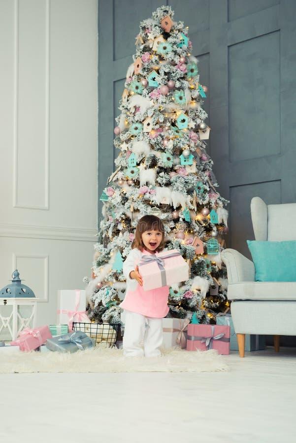 dziewczyna emocjonalna trochę szczęśliwego nowego roku, Przyjemność, szczęście i zachwyt od nowego roku ` s prezentów, obrazy royalty free