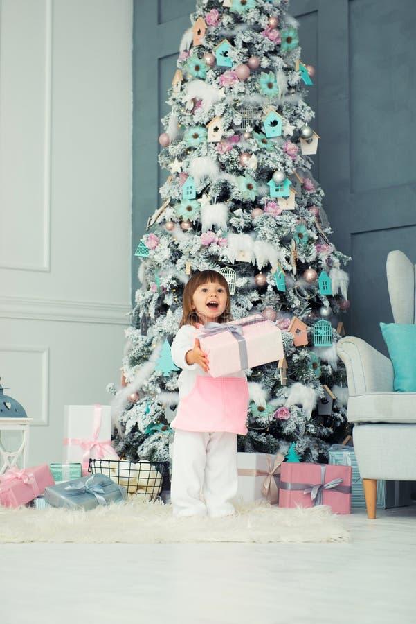 dziewczyna emocjonalna trochę szczęśliwego nowego roku, Przyjemność, szczęście i zachwyt od nowego roku ` s prezentów, zdjęcie royalty free