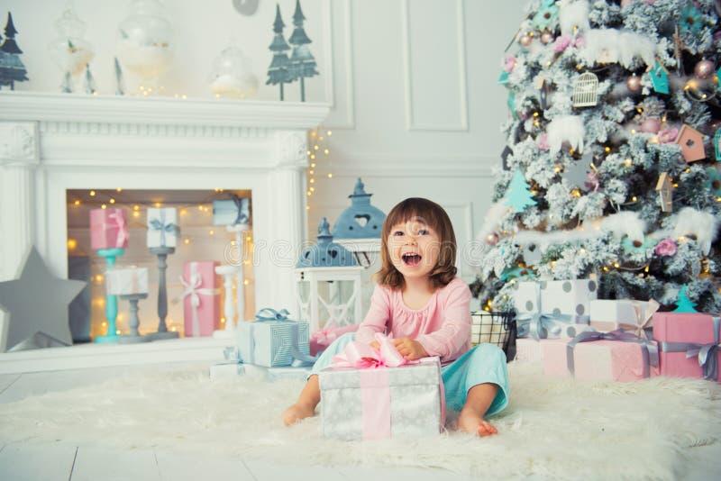 dziewczyna emocjonalna trochę szczęśliwego nowego roku, Przyjemność, szczęście i zachwyt od nowego roku ` s prezentów, obraz stock