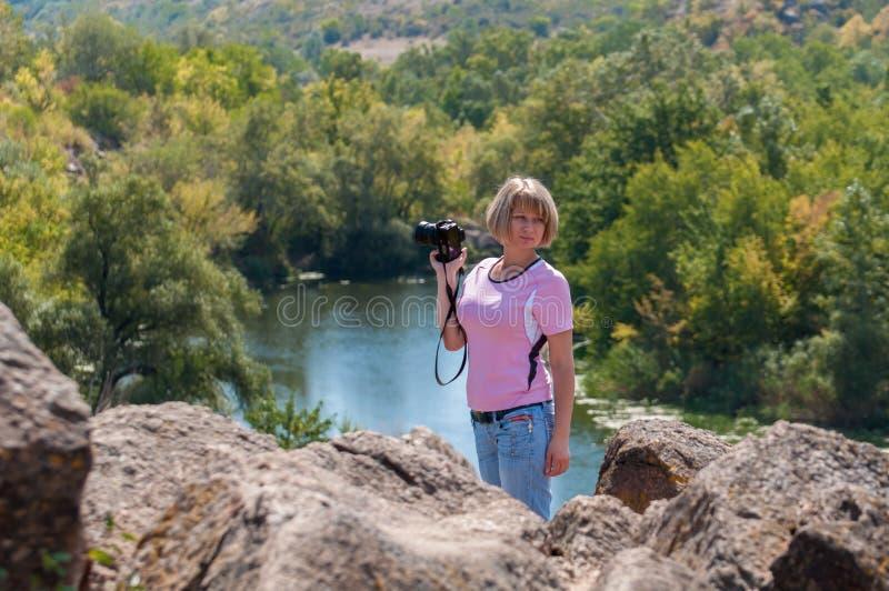 Dziewczyna fotograf z kamerą w ręce zdjęcie royalty free