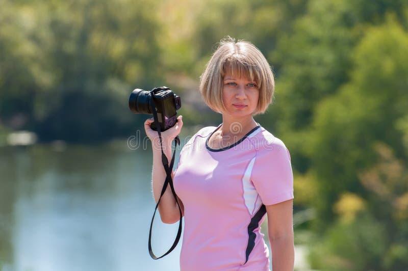 Dziewczyna fotograf z kamerą w ręce obraz stock