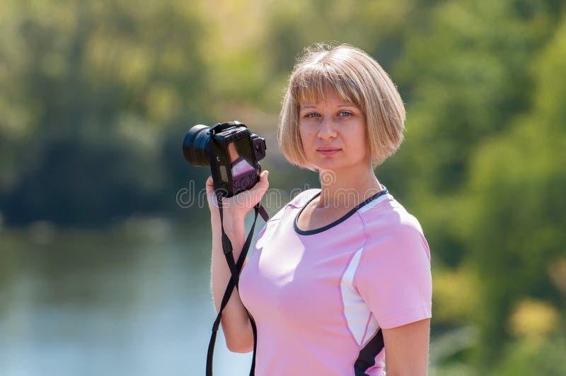 Dziewczyna fotograf z kamerą w ręce obrazy royalty free