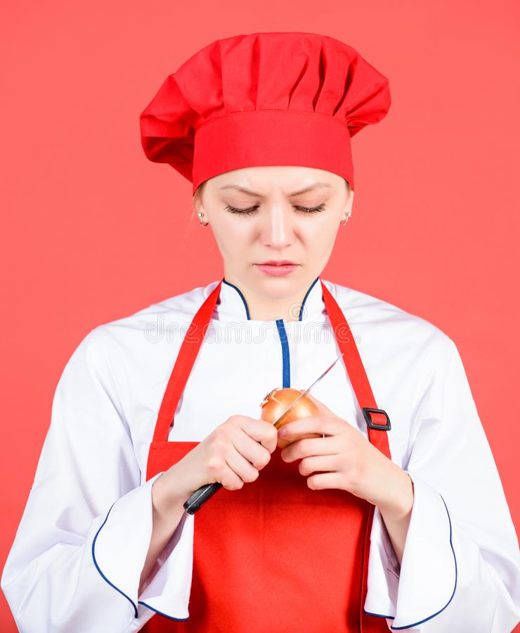 Dziewczyna gotuje zdrowego posiłek Gospodyni domowa kucbarski płacz podczas gdy ciący cebuli Plasterka i kotlecika cebula Cierpi  obrazy royalty free