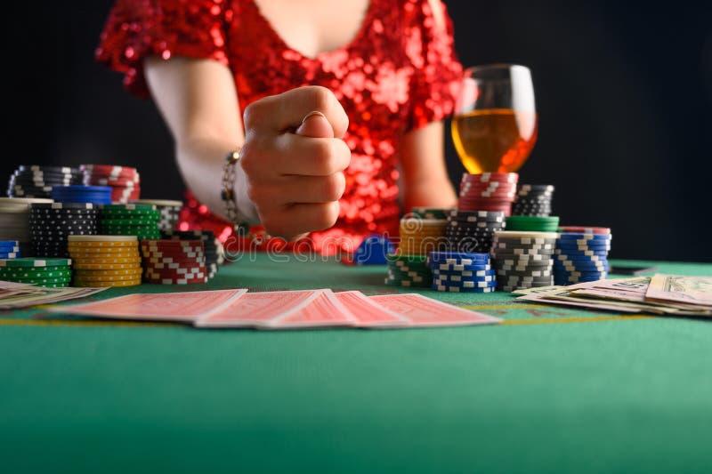 Dziewczyna gra w karty w kasynie b i pokazuje palec w stylu rosyjskim Blackjack pokera poker teksański firma grająca zdjęcia royalty free