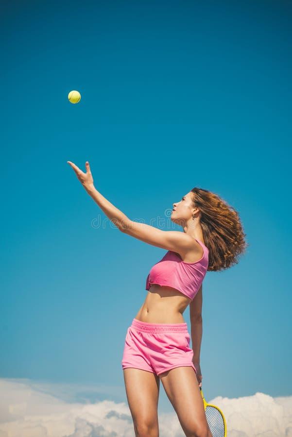 dziewczyna gra w tenisa Szczęśliwy aktywny żeński trening Piękna atrakcyjna sprawności fizycznej kobieta tenisowy concept Sport i fotografia stock