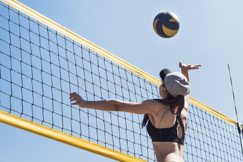 Dziewczyna grająca w siatkówkę plażową Mecz piłki plażowej Zajęcia sportowe na wolnym powietrzu, wakacje zdjęcie stock