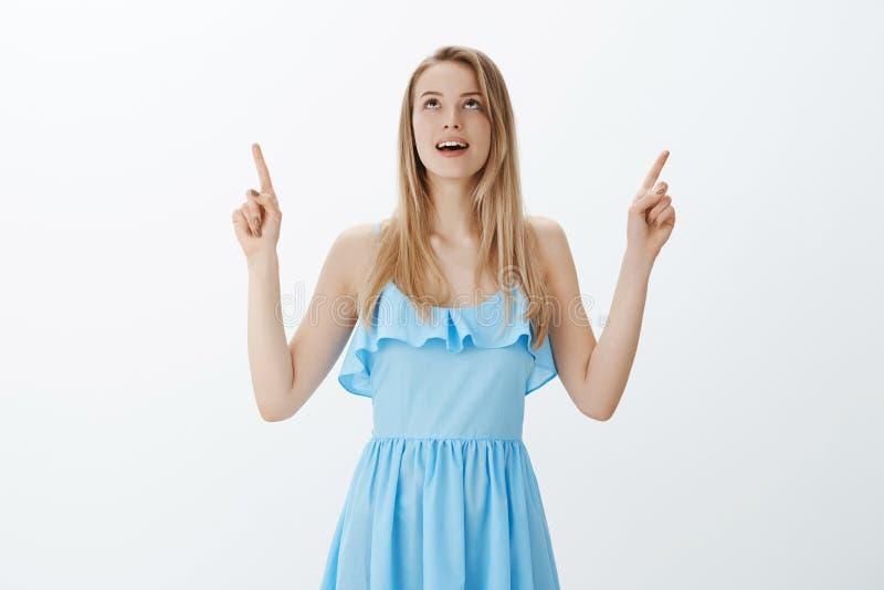 Dziewczyna gwarantujący sen przychodzi prawdziwego jak długo wierzy Portret powabna i elegancka młoda blondynka patrzeje w błękit fotografia royalty free