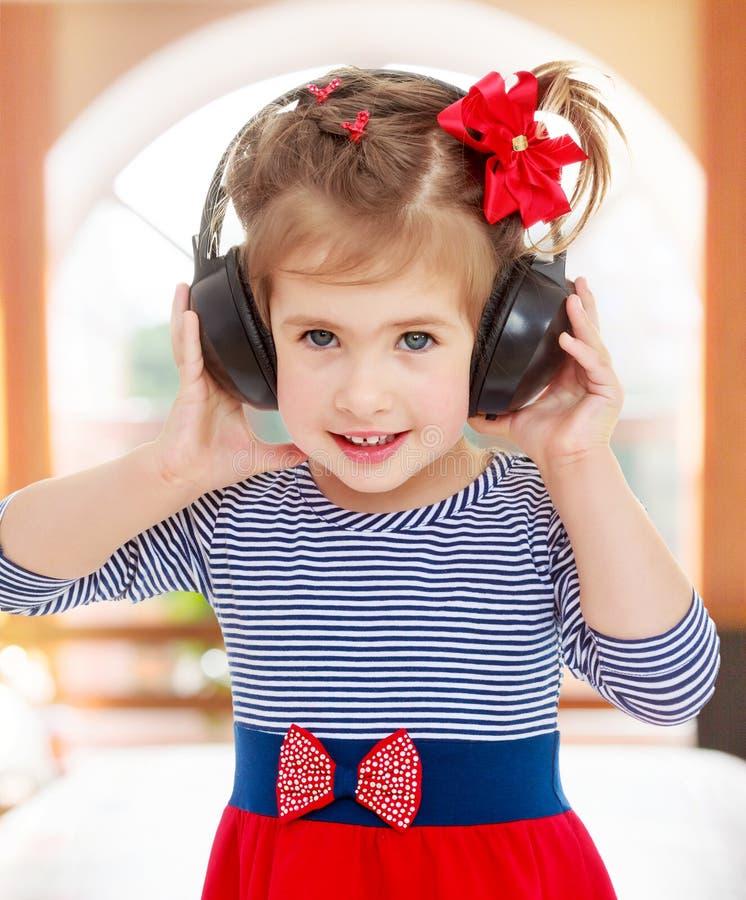 dziewczyna hełmofony słuchają muzykę obraz stock