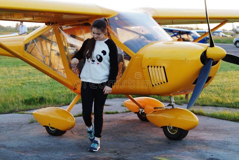 Dziewczyna iść od samolotu obraz royalty free