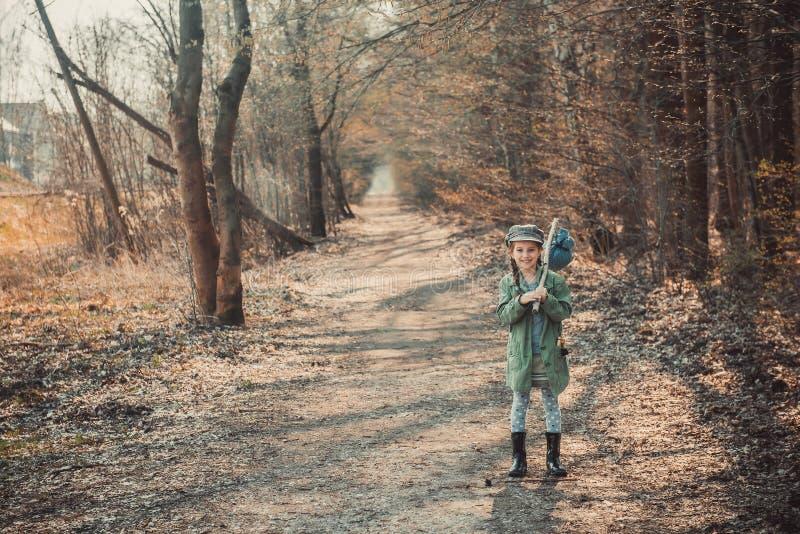 Download Dziewczyna Iść Przez Drewien Zdjęcie Stock - Obraz złożonej z zestaw, dzieciak: 53791878