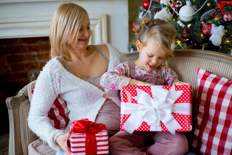 Dziewczyna i babcia z Bożenarodzeniowymi prezentami obrazy royalty free