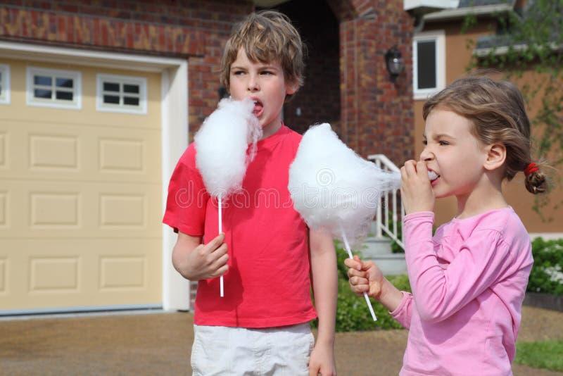 Dziewczyna i chłopiec jemy bawełnianego cukierek