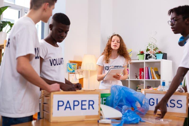 Dziewczyna i chłopiec pracuje w ekologii organizacji sortuje odpady obrazy royalty free