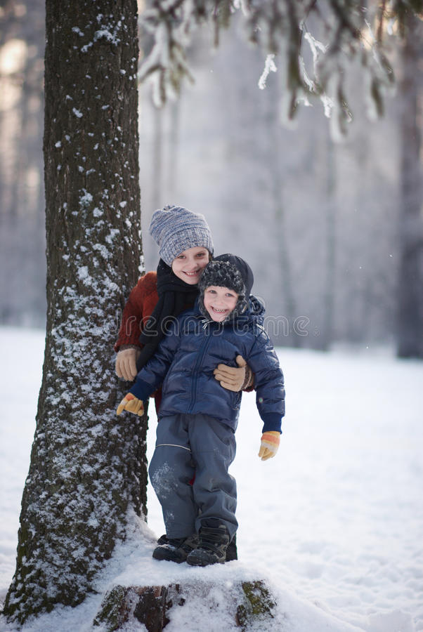 Dziewczyna i chłopiec w zima dniu obraz royalty free
