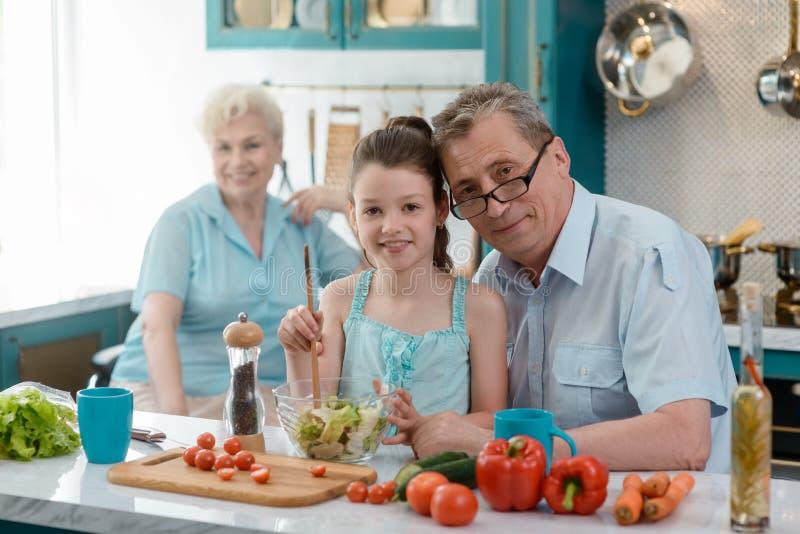 Dziewczyna i dumni dziadkowie obrazy stock