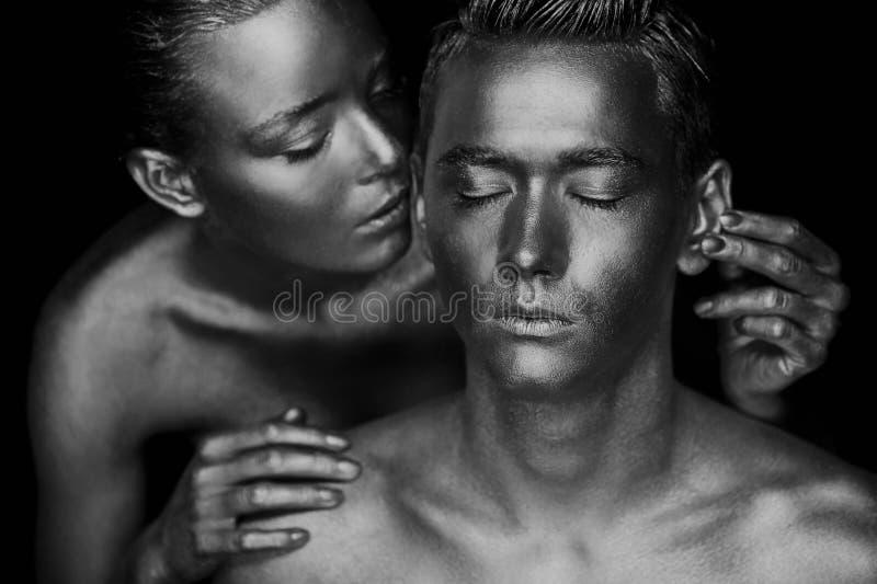 Dziewczyna i facet zakrywający w złocistej farbie Z mój oczami zamykającymi Dziewczyna opierająca, Czarny i biały zdjęcie stock