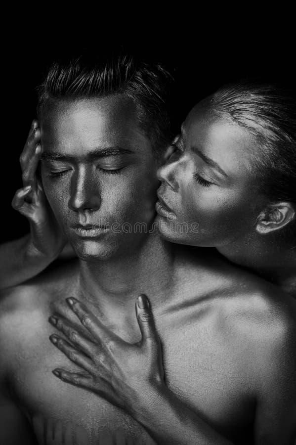 Dziewczyna i facet zakrywający w złocistej farbie Z mój oczami zamykającymi Dziewczyna opierająca, Czarny i biały fotografia royalty free