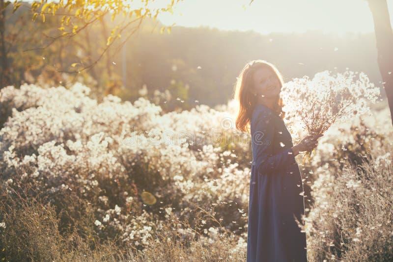 Dziewczyna i jesień obrazy stock