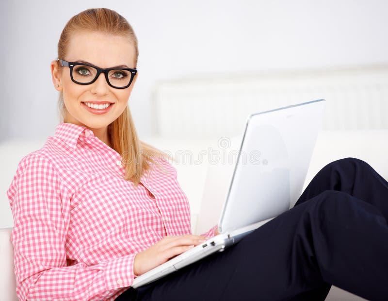 Dziewczyna i laptop zdjęcia royalty free