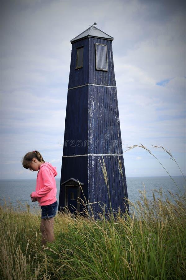 Dziewczyna i latarnia morska fotografia royalty free