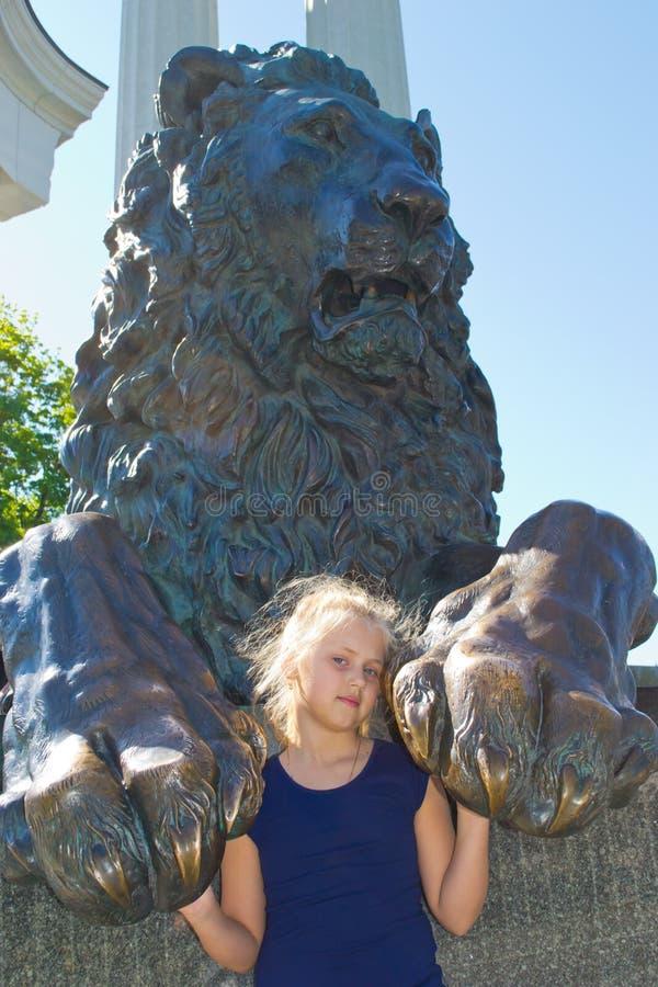 Dziewczyna i lew zdjęcia stock