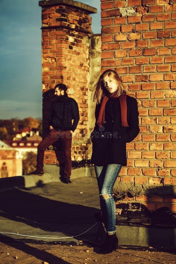 Dziewczyna i mężczyzna na dachu obrazy royalty free
