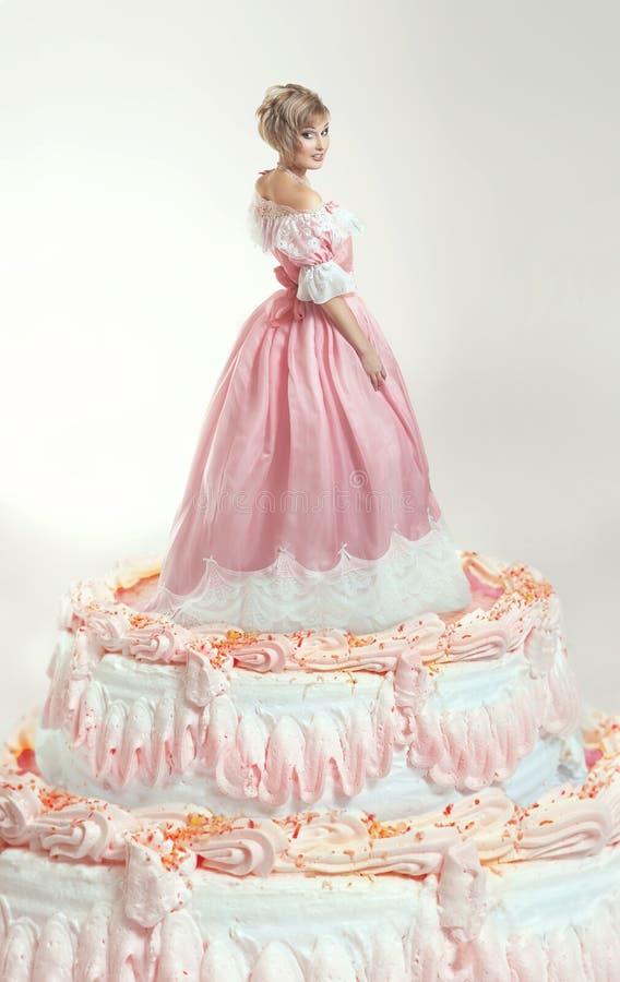 Dziewczyna i menchia tort zdjęcie stock