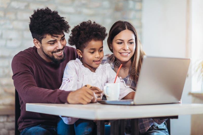 Dziewczyna i mieszający biegowy rodzica use laptop fotografia royalty free