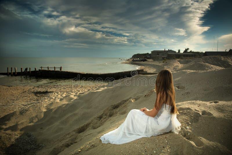 Dziewczyna i morze. zdjęcie stock