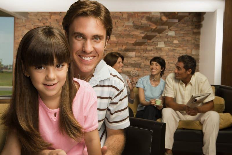 Dziewczyna i ojciec z rodziną fotografia stock