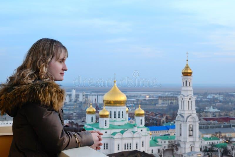 Dziewczyna i religia. Katedra. Don. fotografia royalty free