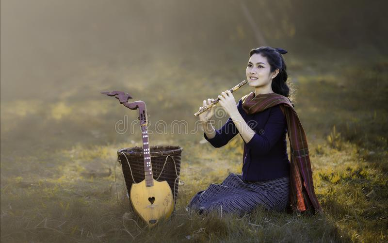 Dziewczyna i Tajlandzki instrument muzyczny obrazy stock