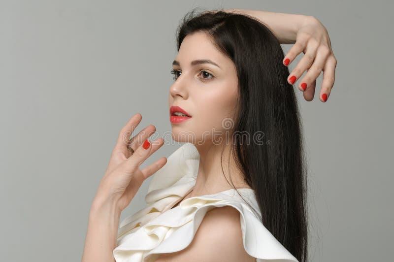 Dziewczyna imituje sferę wokoło jej głowy z ona ręki fotografia royalty free
