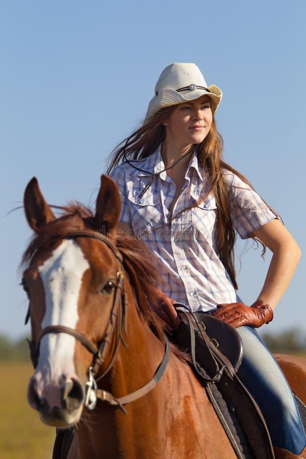 Dziewczyna jedzie konia fotografia royalty free