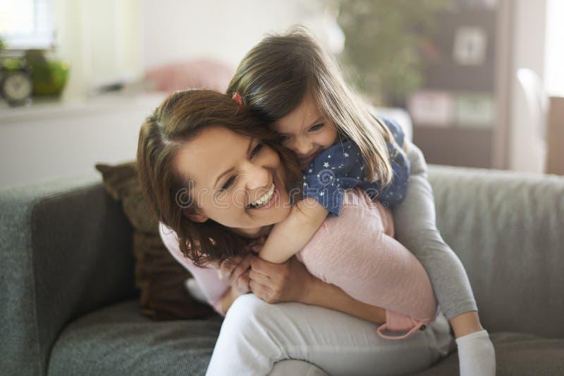 dziewczyna jej mała mama zdjęcia royalty free