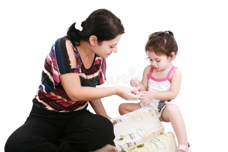 dziewczyna jej mały macierzysty bawić się zdjęcie royalty free
