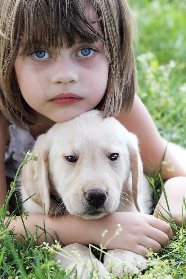 dziewczyna jej mały szczeniak obraz stock