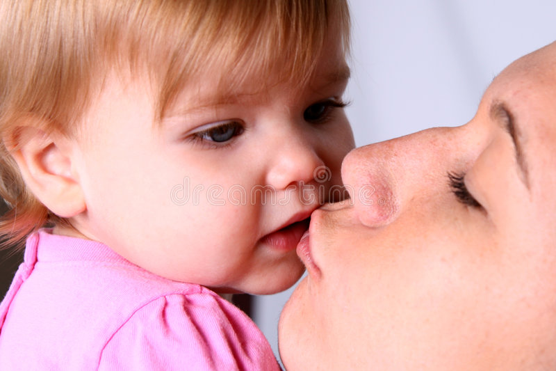dziewczyna jej matka trochę pocałunków zdjęcie stock